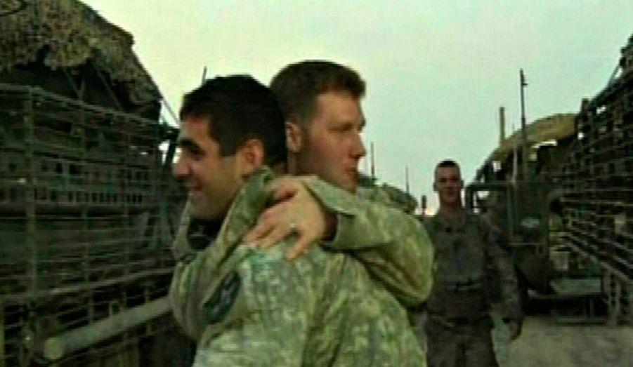 Des soldats américains font leurs adieux. La dernière brigade de combat a quitté l'Irak cette nuit, soit deux semaines avant la date limite de retrait fixée au 31 août.