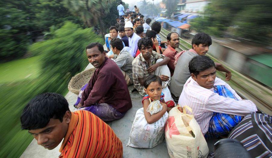 Les passagers ont dû se résoudre à prendre place sur le toit du train, celui-ci étant complet. Pendant plusieurs jours, des millions de résidents vont rentrer chez eux, pour fêter l'Aïd al-Fitr.