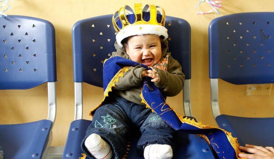 Un bébé porte une couronne pour avoir remporté un concours d'allaitement, organisé par le ministère de la santé au Pérou.