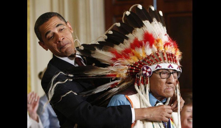 Une rencontre entre grands chefs. Barack Obama remet la Médaille présidentielle de la Liberté, la plus haute distinction civile à Joe Medicine Crow, dit High Bird. Il a reçu cet équivalent américain de la Légion d'honneur, pour ses travaux fondamentaux d'histoire et d'anthropologie sur les Indiens d'Amérique.