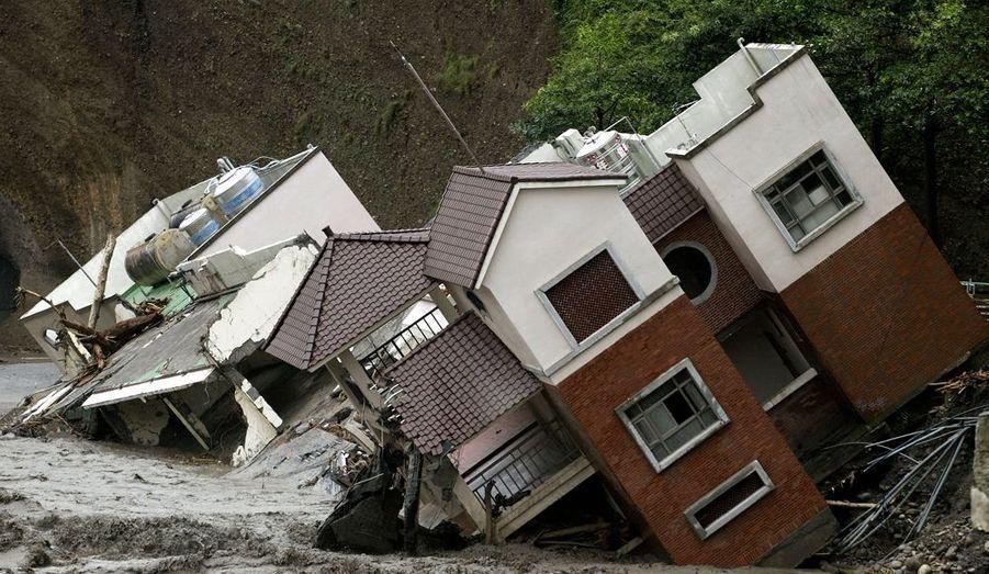 Environ 700 personnes portées disparues dans le sud de Taiwan après un glissement de terrain provoqué par le yphon Morakot –le plus meurtrier de ces cinquantes dernières années- ont été retrouvées vivantes mercredi, ont annoncé les autorités. Le bilan du typhon Morakot sur l'île s'est alourdi à 67 morts, 61 blessés et 45 disparus.