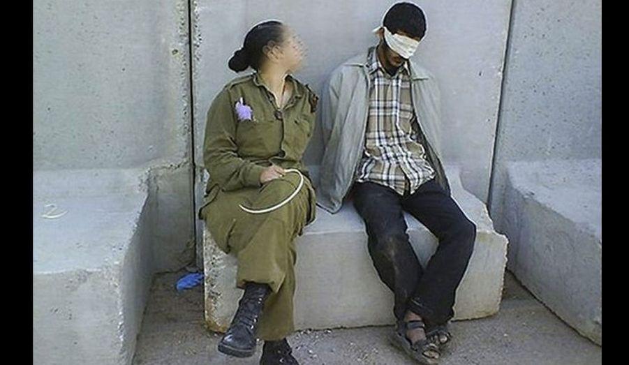 Une ex-soldate israélienne a publié des photos de son service militaire en Cisjordanie, dont deux d'entre elles la montrent souriante à côté de détenus palestiniens les yeux bandés et poignets liés.