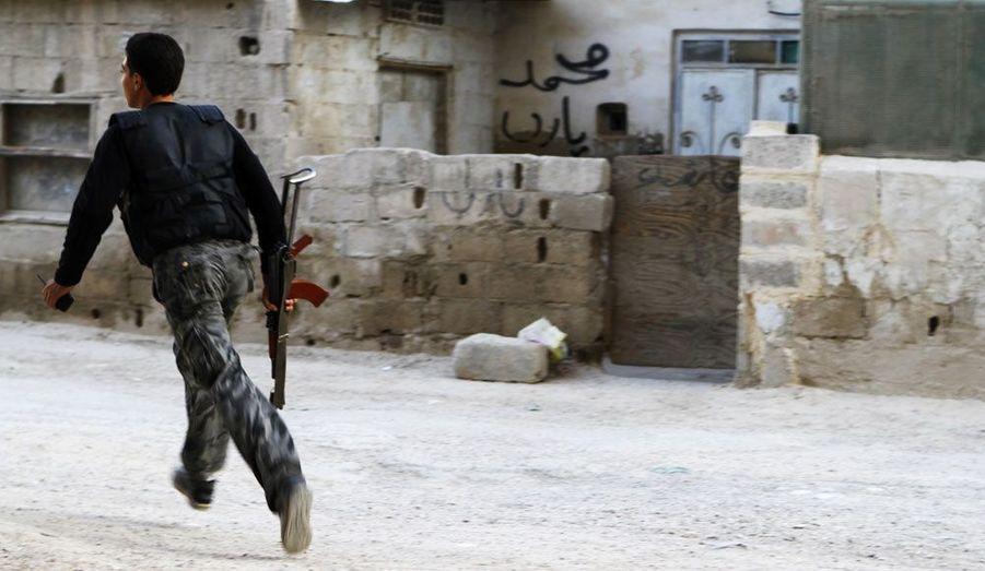 Un combattant de l'armée syrienne libre court à Damas, la capitale de la Syrie.