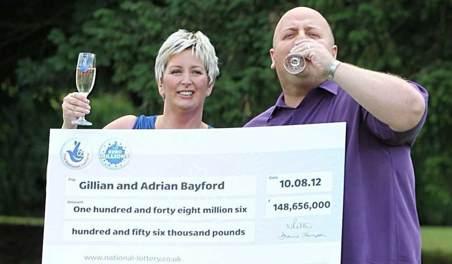 """Adrian et Gillian Bayford se demandaient encore la semaine dernière comment ils finiraient le mois: quelques jours plus tard, ce couple du Suffolk, un comté de l'est de l'Angleterre, remportait les 190 millions d'euros de la cagnotte de l'Euro Millions. Adrian, 41 ans, qui s'occupe d'un magasin de musique, et Gillian Bayford, 40 ans, aide-soignante dans un hôpital, ont révélé mardi lors d'une conférence de presse qu'ils étaient les uniques gagnants.""""Nous avons acheté (ce ticket) parce que nous avions besoin d'argent"""", a raconté Gillian Bayford. """"Tout le monde tire le diable par la queue avec la récession et ce mois a été particulièrement difficile, pour ne rien vous cacher. C'était vraiment dur""""."""