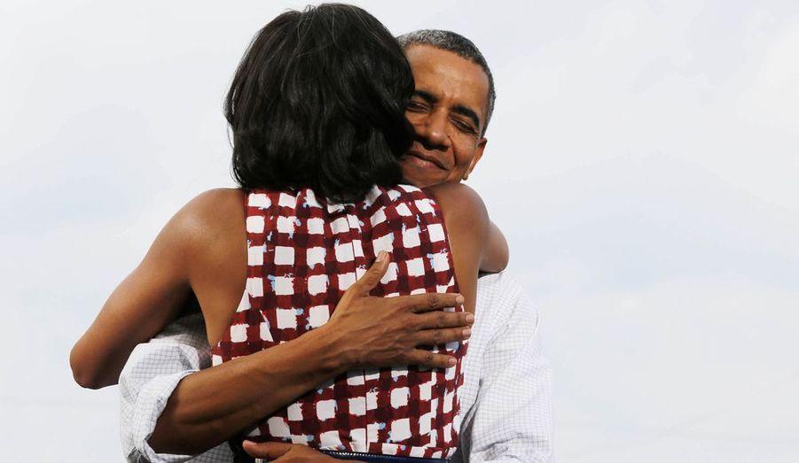 Le président américain Barack Obama enlace sa femme, Michelle. La première dame vient de présenter son mari auprès des habitants du village d'East Davenport à Davenport, dans l'Iowa, lors d'un meeting qui s'est tenu le 15 août.
