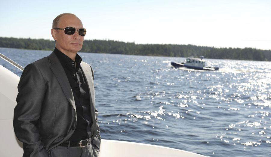 Le président russe, Vladimir Poutine, se fait photographier à bord d'un bateau le conduisant vers un monastère de Carélie, dans le nord-ouest de la Russie.