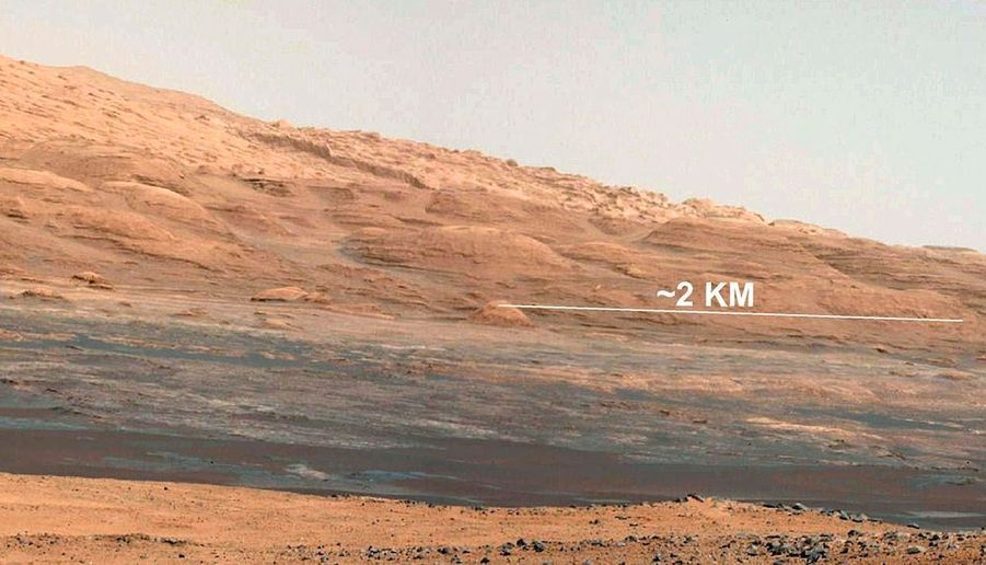 La Nasa adévoilé quatre nouvelles photos, sur l'une desquelles on voit clairement les différentes couches rocheuses des collines ocres situées au pied du mont Sharp, que doit gravir le robot Curiosity au cours de sa mission de deux ans.