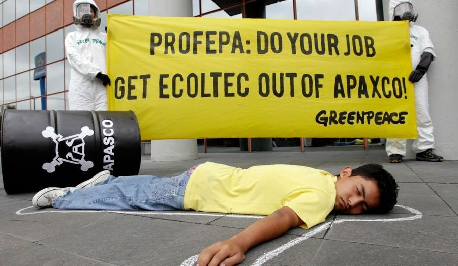 Des militants de Greenpeace participent à une manifestation devant l'agence fédérale pour la protection de l'environnement (PROFEPA) dans la ville de Mexico, pour protester contre l'implantation de la société de déchets industriels, Ecoltec, à Apaxco.