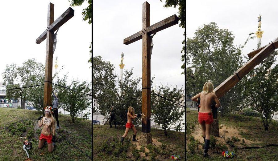 Les activistes ukrainiennes de Femen ont décidé d'afficher leur soutien aux rockeuses russes de Pussy Riot d'une étrange façon: armée d'une tronçonneuse, l'une d'elles a abattu une croix chrétienne érigée en mémoire des victimes de Staline à Kiev, en Ukraine.