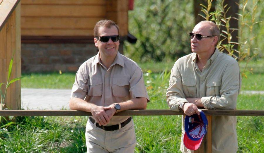 Dmitri Medvedev et Vladimir Poutine s'affichent ensemble alors que les deux hommes doivent décider qui des deux sera candidat à la prochaine élection présidentielle. Balades au grand air, parties de pêche et sourires complices sont au programme.