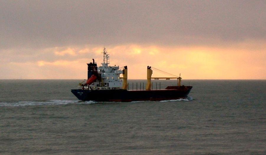 L'Arctic Sea, navire disparu depuis le 30 juillet, aurait été repéré au large du Cap Vert, selon le Financial Times Deutschland vendredi. S'appuyant sur deux sources différentes, le quotidien économique allemand affirme que le navire a été repéré près de l'île de Sao Anto, au nord-ouest du Cap Vert. L'Arctic Sea n'a pas donné de nouvelles depuis le 30 juillet, lors de son passage dans le rail d'Ouessant. L'Union Européenne a annoncé vendredi qu'elle doutait que la disparition du bateau soit liée à un acte de piraterie.
