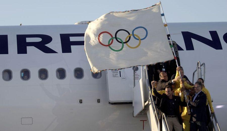 Le drapeau olympique est arrivé à Rio de Janeiro depuis Londres, ce lundi 13 août. Le maire de Rio, Eduardo Paes ainsi que des athlètes brésiliens, l'ont présenté aux gens présents ce jour-là à la descente de l'avion. La ville sera l'hôte des prochains Jeux d'été, en 2016.