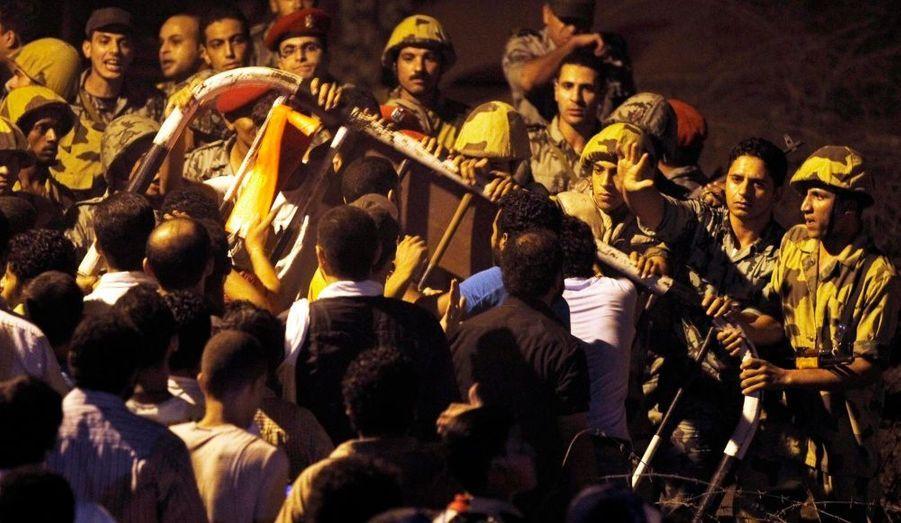 Des manifestants, devant l'ambassade israélienne au Caire. L'Égypte a rappelé samedi son ambassadeur en Israël dans l'attente des résultats de l'enquête que l'Etat hébreu mène sur la mort de trois membres des services de sécurité égyptiens à la frontière entre les deux États.
