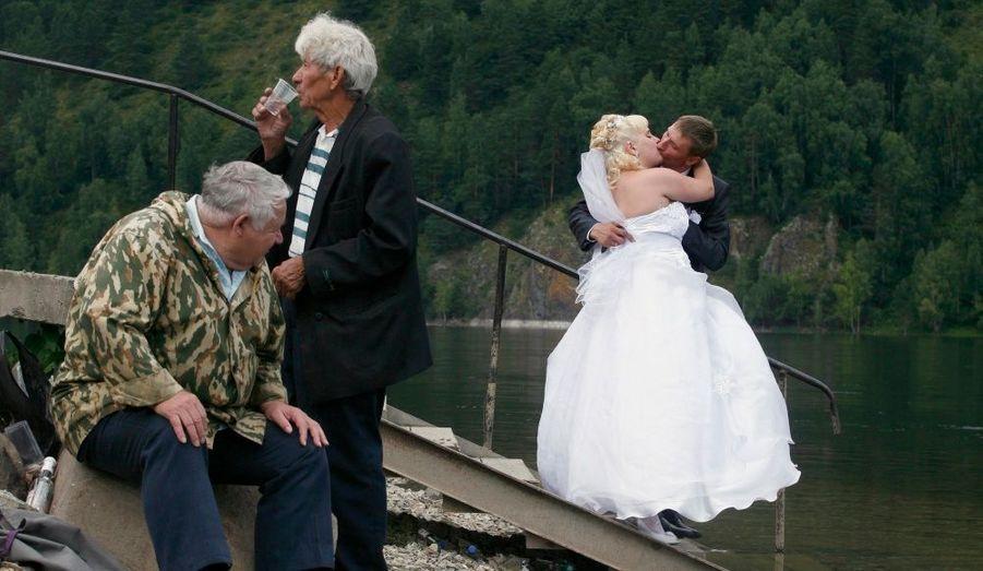 En Russie, une tradition veut que les couples de la région, tout juste mariés, se rendent au bord de la rivière Yenisei, à Divnogorsk, le jour même de leur mariage.