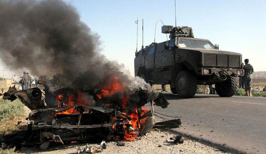 Pas de répit pour les forces occidentales en Afghanistan. Les attaques contre les forces de l'Otan se poursuivent sans relâche. Ce matin à Kunduz, un véhicule suicide (au premier plan) s'est précipité contre un véhicule transportant des soldats allemands. Les militaires d'Outre-Rhin sont sortis indemnes de l'attentat mais le transport de troupes a été endommagé.