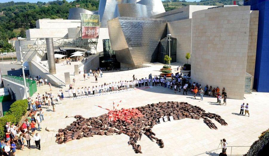 Des manifestants anti-corrida se sont rassemblés aujourd'hui à Bilbao, en Espagne, afin d'interdire la pratique. Allongés par terre, ils ont formé un taureau géant blessé.