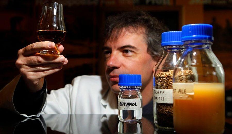 Le professeur Martin Tangey, directeur du Centre de recherches pour les biocarburants de l'Université d'Edinbourg (Ecosse), a déposé un brevet pour un nouveau biocarburant à base de whisky, hier.