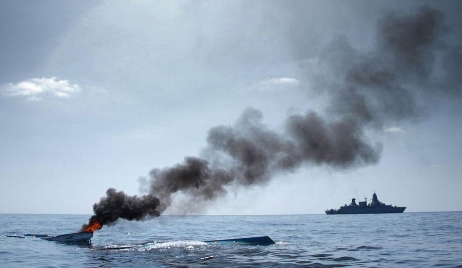 La frégate allemande Hamburg patrouille dans le golfe d'Aden après avoir détruit un bâteau de pèche abandonné qui dérivait, pour éviter son utilisation par les pirates.
