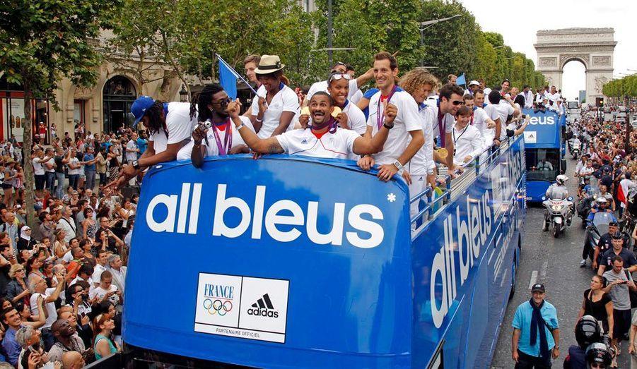 Les médaillés bleus ont défilé sur les Champs-Elysées lundi après-midi. En premier de cordée, Didier Dinart, le roc de la défense des Experts, nos handballeurs médaillés d'or.