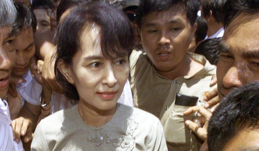 A l'issue de plus de trois mois de procès, Aung San Suu Kyi a été condamnée à trois ans de détention en résidence surveillée, peine aussitôt réduite à 18 mois par la junte birmane. Une peine qui risque fort de l'empêcher de participer aux élections de l'an prochain.