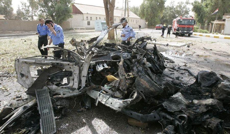 En Irak, deux voitures piégées ont explosé à Kirkuk, ville située à 250 kilomètres au nord de Bagad, causant la mort de trois personnes. Dix autres Irakiens ont été blessés.