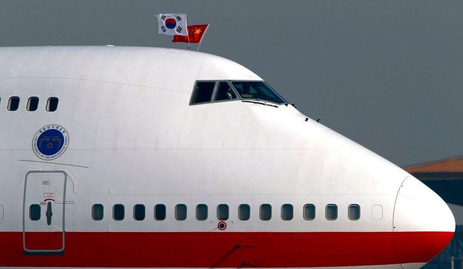 Le Boeing 747 du président sud-coréen Lee Myung-bak a atterri lundi à Pékin. Les drapeaux chinois et sud-coréen ont été brandis au dessus du cockpit, alors que les deux pays vont entamer des discussions sur la Corée du Nord, à laquelle la Chine est alliée.