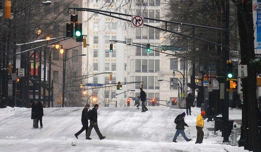Des piétons traversent Peachtree Street à Atlanta. La neige est tombée en abondance dans le sud-Est des Etats-Unis, faisant un mort dans l'Alabama. Près de 400 personnes sont privées d'électricité en Georgie.