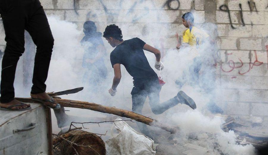 Des manifestants anti-gouvernementaux tentent d'échapper aux attaques des forces de l'ordre dans le village de Diraz à Manama, la capitale du Bahreïn. Un mouvement de contestation mené par des groupes de militants avait éclaté mi-février, réclamant une véritable monarchie constitutionnelle dans le pays dirigé par une dynastie sunnite.