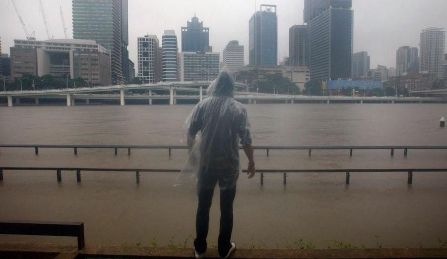 L'eau a envahi mercredi les rues de Brisbane, la troisième ville d'Australie où des milliers d'habitants ont été contraints de réunir à la hâte quelques affaires avant d'évacuer leurs domiciles. Le bilan officiel des inondations qui frappent le Queensland depuis trois semaines, les plus graves en un siècle dans le pays, est de 14 morts. Mais on déplore également plus de 90 disparus après les crues violentes qui ont balayé des communes à l'ouest de Brisbane dans la nuit de lundi à mardi.
