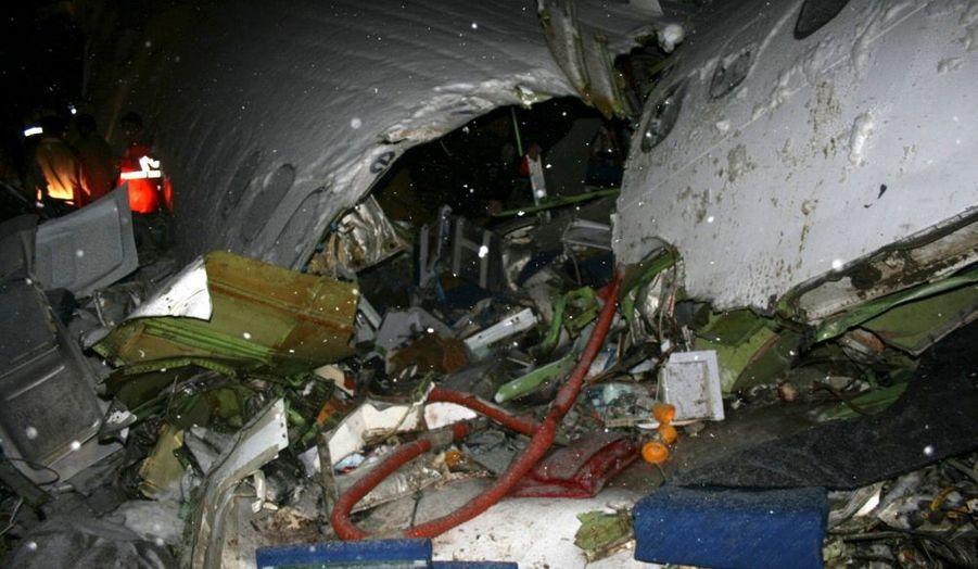 """Un avion de ligne de la compagnie Iran Air s'est écrasé dimanche dans le nord-ouest de l'Iran, faisant 70 morts au moins parmi la centaine de personnes à bord, selon le Croissant rouge iranien. Le Boeing 727 qui effectuait la liaison Téhéran-Urumiyeh s'est écrasé juste avant l'atterrissage dans de mauvaises conditions météorologiques. Il s'est brisé en morceaux mais n'a pas explosé, a dit Mahmoud Rozafar, directeur du Croissant Rouge iranien. Nombre de survivants sont gravement blessés. Il y avait 106 personnes à bord dont 12 membres d'équipage. """"Le bilan devrait augmenter"""", a dit un autre responsable du Croissant rouge iranien à l'agence officielle Irna. Les médias iraniens avaient auparavant fait état d'un nombre de décès inférieur. Une source officielle avait fait état de 50 personnes sauvées au moins."""