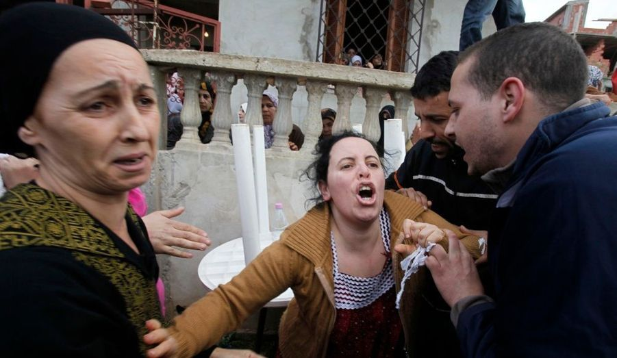 La sœur d'Abdelkader Akriche, tué durant les émeutes, pleure son frère durant ses funérailles à Bou Ismail, à 45 km à l'ouest d'Alger. De nombreuses manifestations ont eu lieu dans le pays pour protester contre la hausse des prix alimentaires.