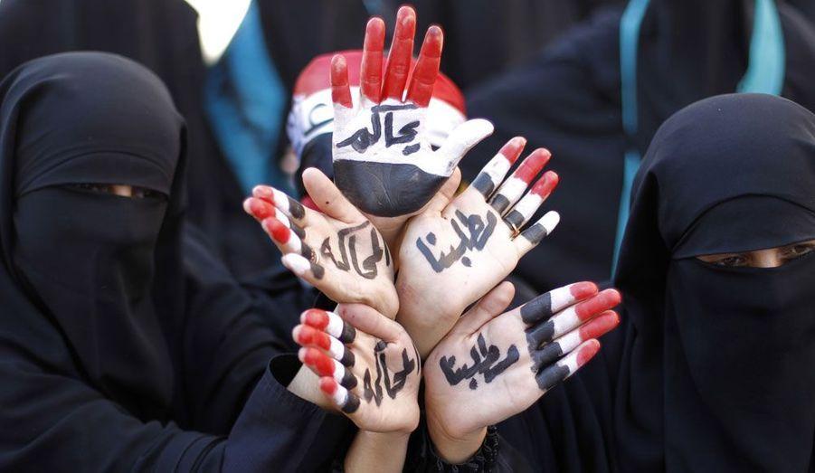 Des femmes yéménites manifestent le 12 janvier dans les rues de Saana. Par le biais de messages inscrits sur leurs mains, elles exigent le procès de l'ancien président Ali Abdallah Saleh.