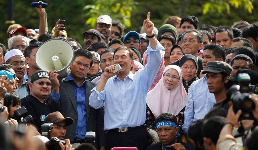 """Accusé de sodomie par un ancien assistant, l'ancien vice-Premier ministre malaisien Anwar Ibrahim a été jugé non coupable lundi par la Haute Cour. L'homosexualité est puni de vingt ans de prison en Malaisie, pays musulman. """"La Cour ne peut être certaine à 100% que l'ADN n'a pas été contaminé"""", a déclaré le juge Zabidin Mohamad Diah dans une salle d'audience de Kuala Lumpur, la capitale."""