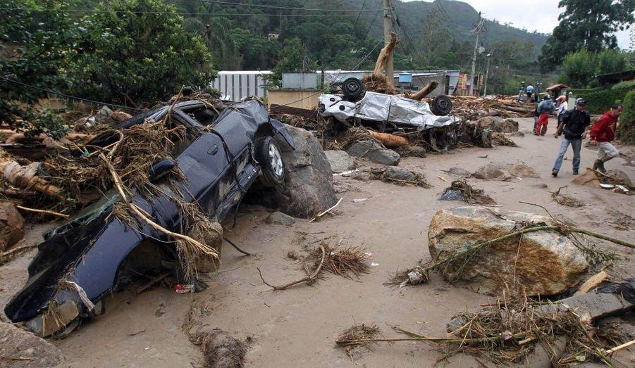 Les inondations et les glissements de terrain survenus près de Rio de Janeiro au Brésil ont fait au moins 482 morts et ce bilan annoncé jeudi risque de s'alourdir car les secouristes n'ont pas encore atteint tous les secteurs touchés. Des torrents d'eau et de boue provoqués par des pluies diluviennes ont semé la dévastation dans la région montagneuse de Serrana. Des maisons ont été emportées, des routes détruites et des familles entières ensevelies dans leur sommeil. Le journal Folha de Sao Paulo a parlé de la pire catastrophe naturelle au Brésil en 40 ans. Plus de 200 personnes ont été tuées dans la seule ville de Teresopolis.