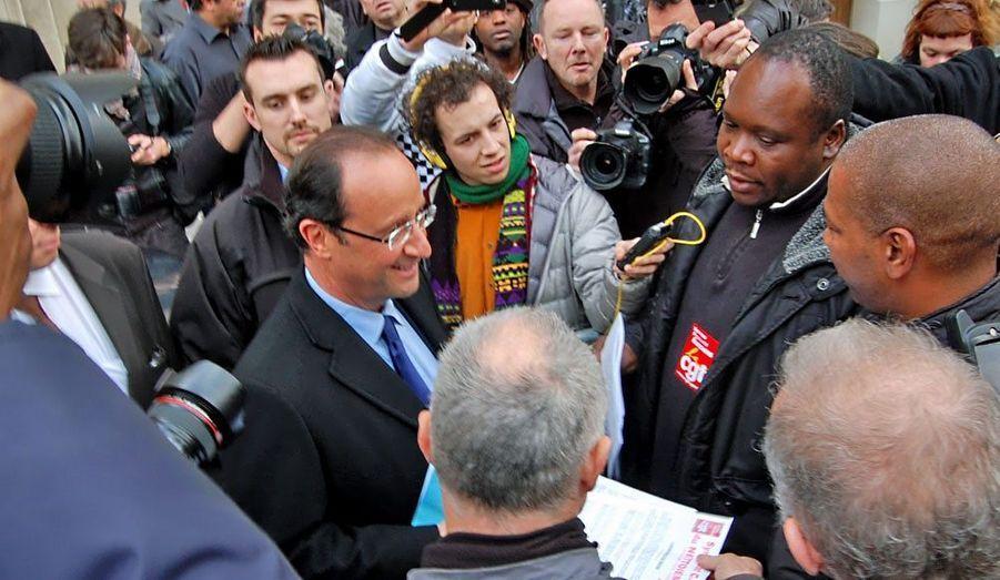François Hollande a inauguré mercredi son QG de campagne, le «59», situé au 59 avenue de Ségur, à Paris. Des militants CGT avaient anticipé l'événement, se postant à la sortie pour interpeller le candidat socialiste à la présidentielle. Ce petit groupe de fossoyeurs municipaux en colère voulait s'adresser à François Hollande, déplorant de n'être pas entendu par le maire socialiste de Paris, Bertrand Delanoë. Dès sa sortie du numéro 59, les syndicalistes se sont précipités sur le candidat pour exiger, notamment, que le caractère insalubre de leur profession soit reconnu. François Hollande a écouté, d'un air patient, avant de prendre la parole. «Je vois que vous êtes bien renseignés», lance-t-il d'abord aux militants, qui ont en effet choisi un bon jour pour obtenir un maximum d'exposition médiatique. «Je parlerai à Bertrand Delanoë de vos revendications» La promesse vaut quelques acclamations à François Hollande. Trente secondes plus tard, il s'est déjà éclipsé.