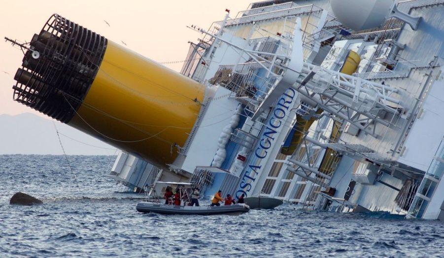 Les secours poursuivent l'effort de recherche sur le paquebot Costa Concordia qui s'est échoué dans la nuit de vendredi à samedi au large de la Toscane, faisant trois victimes et plusieurs dizaines de disparus.