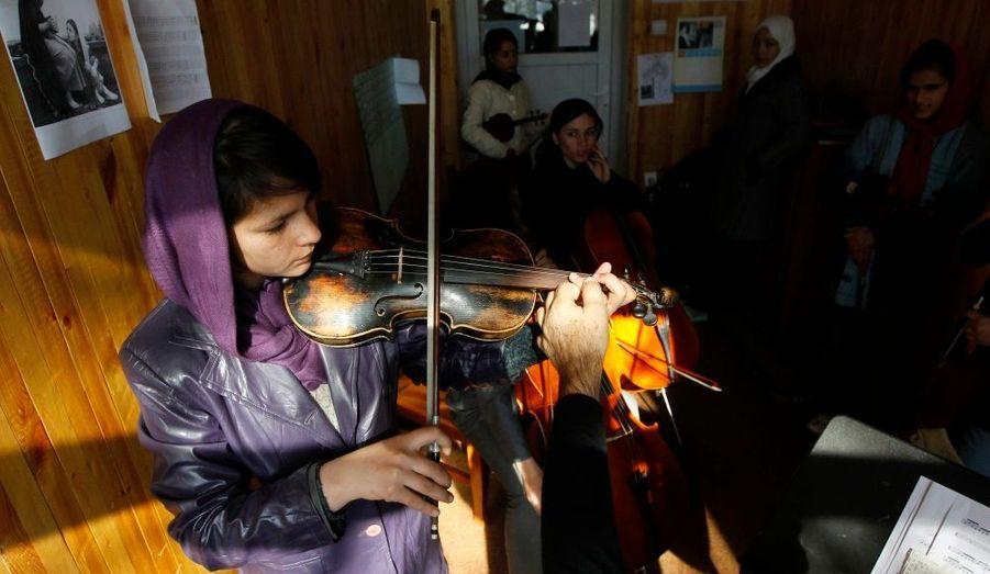 Une académie de musique a été ouverte à Kaboul, en Afghanistan. Les élèves y apprennent la maîtrise de plusieurs instruments de musique, pour faire oublier des décennies de guerre.