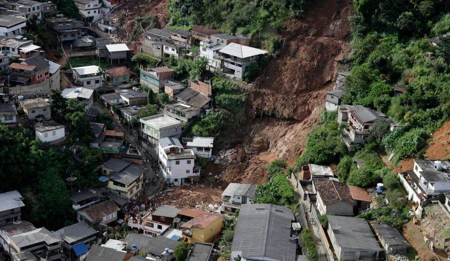 La ville de Teresopolis, au Nord de Rio de Janeiro, a été la victime d'un tragique glissement de terrain consécutif à des pluies diluviennes. Le bilan humain est effroyable avec 89 morts et une cinquantaine de disparus.
