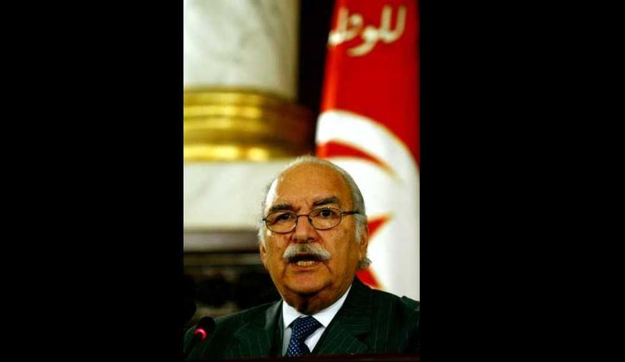 Le président du Parlement tunisien, Fouad Mebazaa (en 2004 sur la photo) a prêté serment en tant que président par intérim de la Tunisie, rapporte samedi l'agence officielle de presse TAP. Il succède à Mohamed Ghannouchi, Premier ministre qui avait remplacé à titre provisoire le président Ben Ali lors de son départ de la Tunisie vendredi. Le Conseil constitutionnel, constatant samedi la vacance de la présidence, avait estimé qu'en vertu de la loi fondamentale tunisienne, il revenait au président du parlement, et non au Premier ministre, d'assurer l'intérim. La Constitution prévoit par ailleurs qu'une nouvelle élection présidentielle doit se tenir dans un délai de 60 jours.