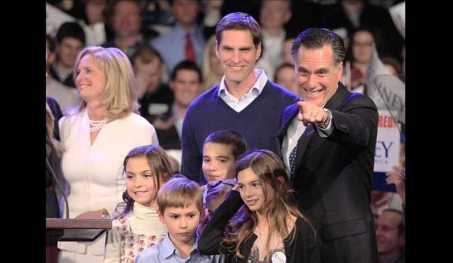 Mitt Romney, entouré de sa famille, a remporté une large victoire à la primaire du New Hampshire (39%), devançant de plus de sept point Ron Paul.