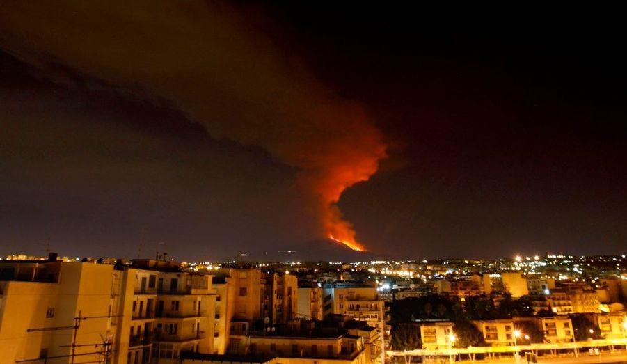 le Mont Etna (Sicile), est entré en irruption dans la nuit de mercredi à jeudi. Durant près de deux heures, le volcan a craché de la lave, créant un important nuage de cendres. L'Etna est le plus grand volcan actif d'Europe. Sa dernière éruption importante date de 1992.