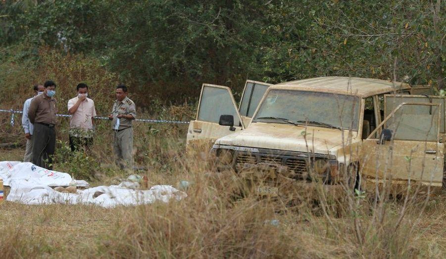 Des policiers examinent les restes humains retrouvés dans le véhicule de Laurent Vallier, dans un étang situé sur sa propriété dans la province de Kampong Speu, au Cambodge. Ce ressortissant français de 42 ans était porté disparu avec ses quatre enfants depuis septembre dernier.