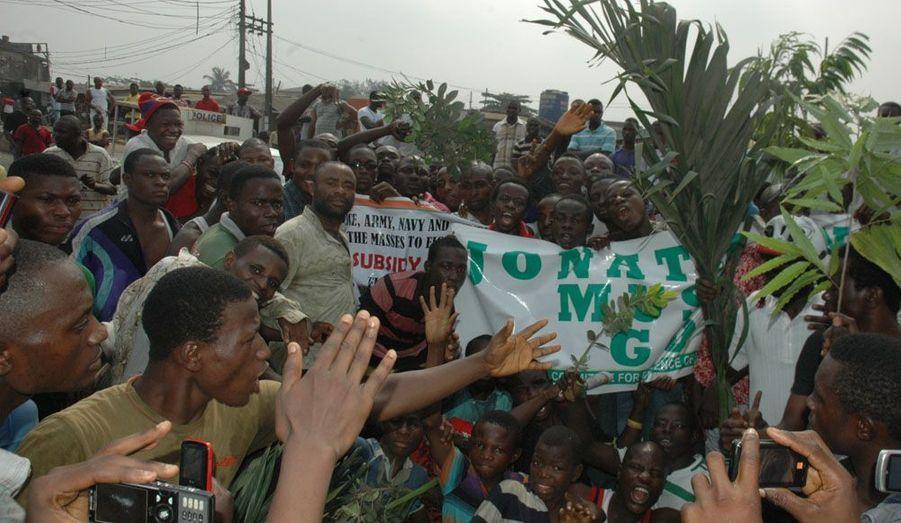 Au moins trois personnes ont été tuées et plusieurs autres blessés au Nigeria lors d'une manifestation nationale contre la suppression de la subvention du carburant par le gouvernement fédéral nigérian.