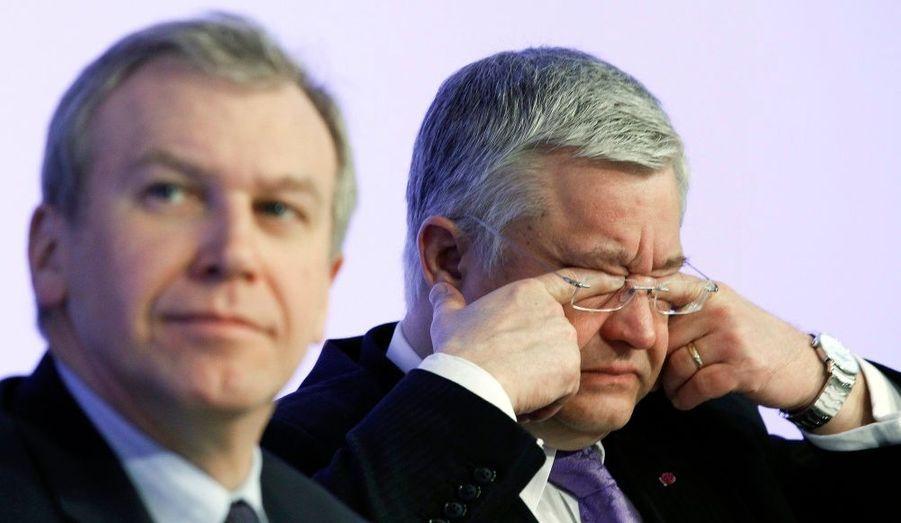Le ministre du budget belge, Guy Vanhengel, se frotte les yeux lors d'une conférence sur les résultats des finances publiques à Bruxelle. Il est assis à côté du Premier ministre Yves Leterme. La Belgique a pour objectif que le déficit budgétaire soit inférieur à quatre pour cent du produit intérieur brut en 2011.