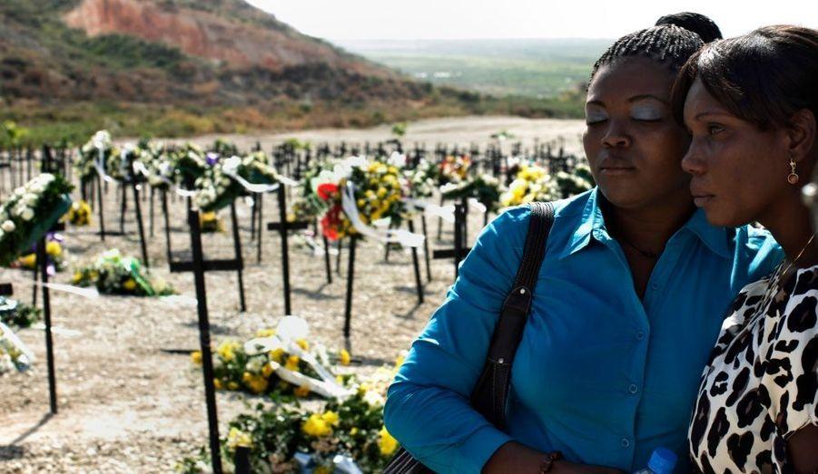 Deux haïtiennes pleurent leurs proches lors d'une cérémonie hommage aux victimes du séisme qui a frappé l'île le 12 janvier 2009. Un an après la catastrophe qui a fait plus de 200 000 morts et 1,5 million de sinistrés en Haïti, l'heure est au bilan qui paraît décevant au regard des efforts de chacun.