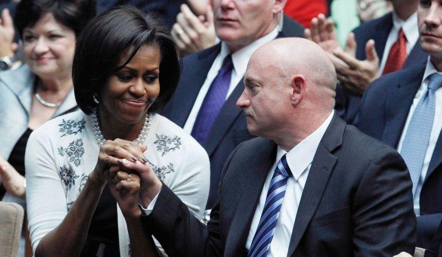 Michelle Obama tient la main de l'astronaute Mark Kelly, mari de Gabby Giffords, blessé par le tireur fou de Tucson, lors du discours du président de Barack Obama.
