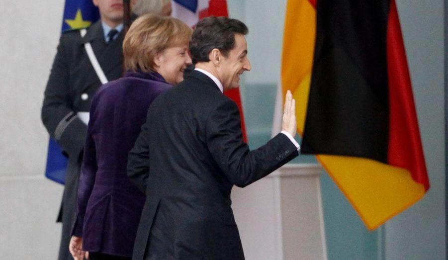 La chancelière allemande Angela Merkel accueille le président de la République française Nicolas Sarkozy à Berlin. Le Français entend notamment défendre l'accélération de la mise en place d'une taxe sur les transactions financières, qui ne convainc guère outre-Rhin.