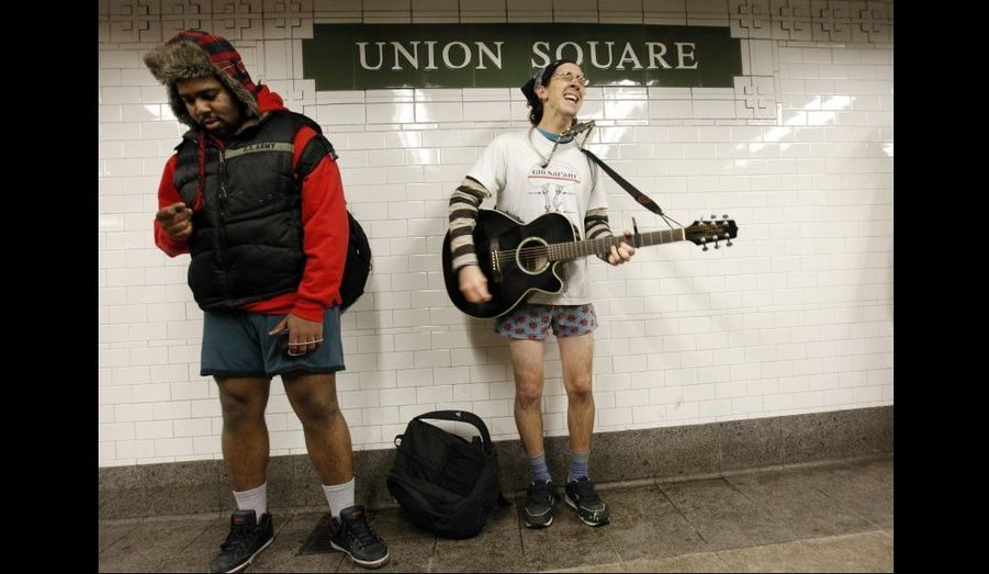 """Des utilitaires du métro new-yorkais fêtent la 10e édition de la """"No Pants Subway Ride"""". Cette performance collective annuelle organisée par le groupe """"Improv Everywhere"""" consiste à oter son pantalon ou sa jupe dans les transports en commun. Ici, l'air de rien, ces jeunes gens vaquent à leurs occupations, en sous-vêtement."""