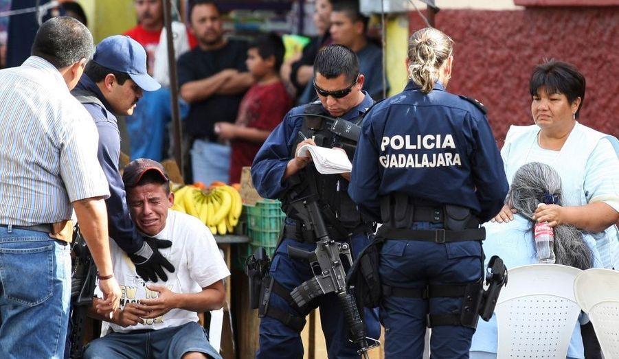 La famille réagit après avoir vu les cadavres de deux de leurs sœurs. Agées de huit et 12 ans, elles se sont retrouvées au milieu d'une scène de crime à Guadalajara. Selon les médias locaux, des hommes armés ont ouvert le feu dans la rue alors que les deux fillettes passaient. Quatre autres personnes seraient également blessées.