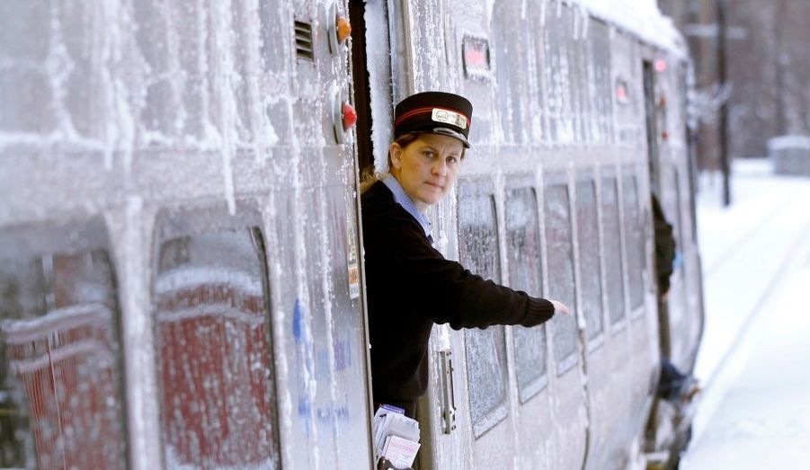 Un agent des services de transport de Long Island vérifie les tickets des passagers. C'est la deuxième grande tempête de neige de la saison: près de 20 centimètres sont tombés à New-York mercredi, paralysant la ville et les aéroports autour.